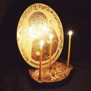 икона из камня со свечами, фото