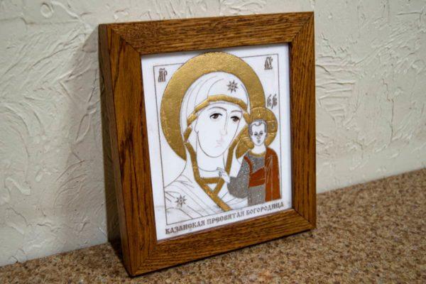 Икона Казанской Богоматери № 26, плоскостная гравированная икона, оформленная художественной эмалью или поталью, фото 3