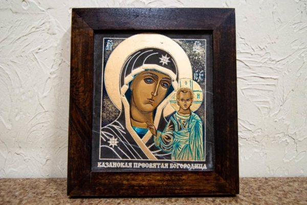 Икона Казанской Богоматери № 25, плоскостная гравированная икона, оформленная художественной эмалью или поталью, фото 1