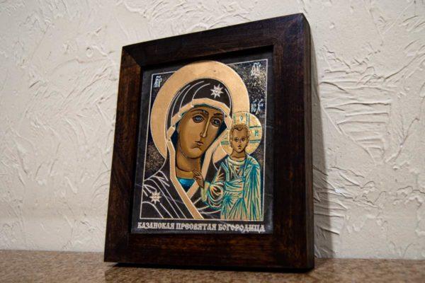 Икона Казанской Богоматери № 25, плоскостная гравированная икона, оформленная художественной эмалью или поталью, фото 2