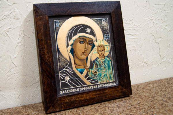 Икона Казанской Богоматери № 25, плоскостная гравированная икона, оформленная художественной эмалью или поталью, фото 3