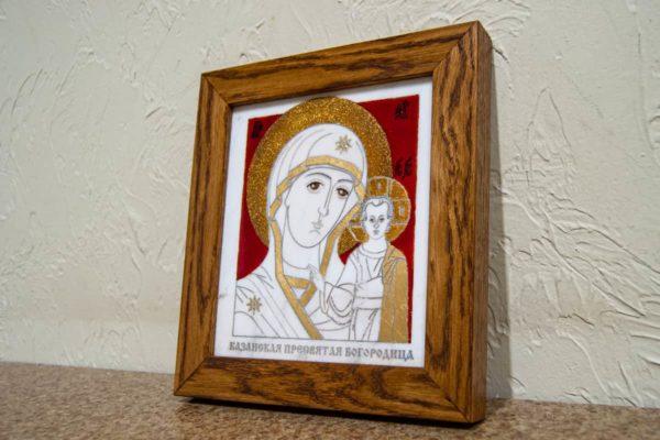 Икона Казанской Богоматери № 22, плоскостная гравированная икона, оформленная художественной эмалью или поталью, фото 2