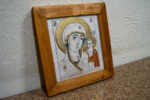 Икона Казанской Богоматери № 18, плоскостная гравированная икона, оформленная художественной эмалью или поталью, фото 3
