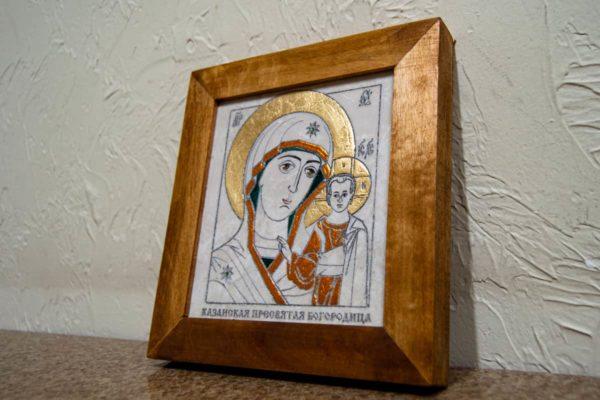 Икона Казанской Богоматери № 20, плоскостная гравированная икона, оформленная художественной эмалью или поталью, фото 2