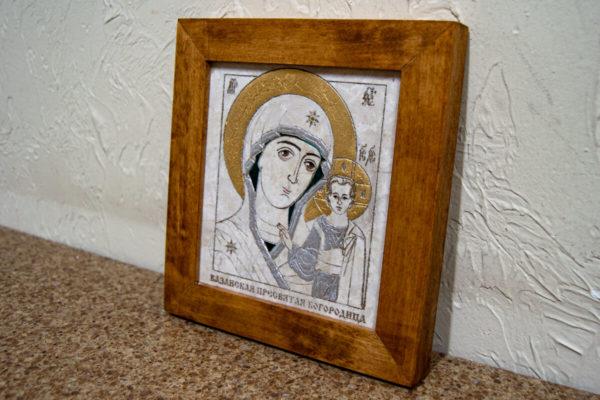 Икона Казанской Богоматери № 14, плоскостная гравированная икона, оформленная художественной эмалью или поталью, фото 2