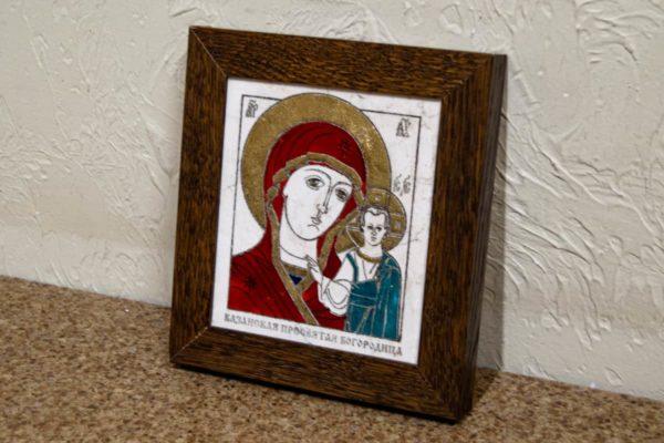 Икона Казанской Богоматери № 30, плоскостная гравированная икона, оформленная художественной эмалью или поталью, фото 2