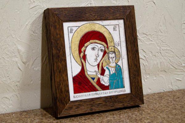 Икона Казанской Богоматери № 30, плоскостная гравированная икона, оформленная художественной эмалью или поталью, фото 3