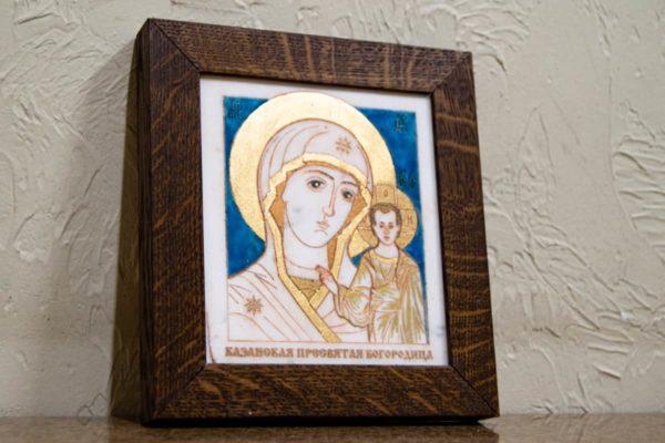 Икона Казанской Богоматери № 28, плоскостная гравированная икона, оформленная художественной эмалью или поталью, фото 2