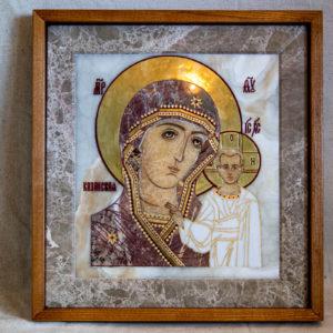 Икона Казанской Богоматери № 1.25-20 из мрамора от Гливи, фото сделано в фирменном салоне в Минске, изображение № 1
