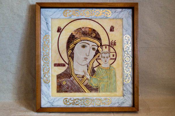 Икона Казанской Богоматери № 1.25-12 из мрамора от Гливи, фото сделано в фирменном салоне в Минске, изображение № 1