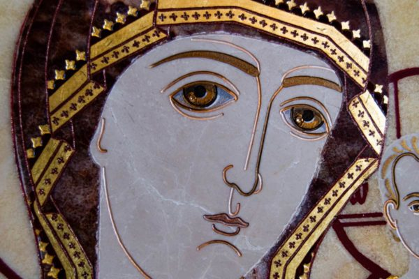 Икона Казанской Богоматери № 1.25-12 из мрамора от Гливи, фото сделано в фирменном салоне в Минске, изображение № 4