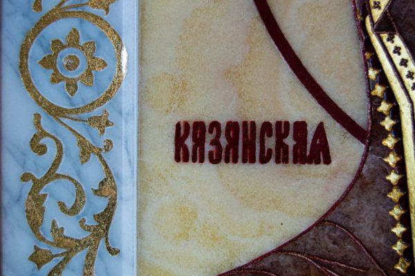 Икона Казанской Богоматери № 1.25-12 из мрамора от Гливи, фото сделано в фирменном салоне в Минске, изображение № 8