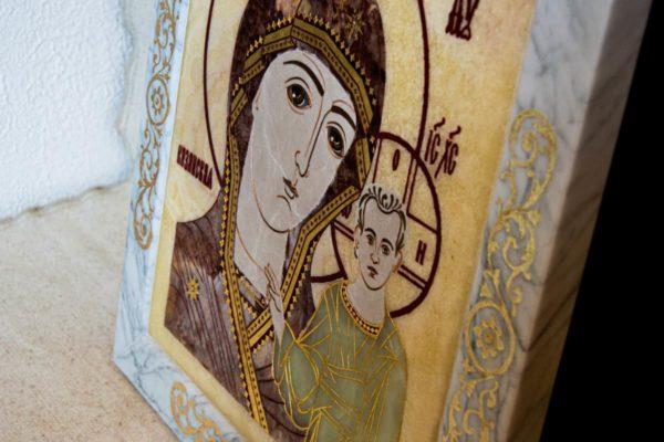 Икона Казанской Богоматери № 1.25-12 из мрамора от Гливи, фото сделано в фирменном салоне в Минске, изображение № 9