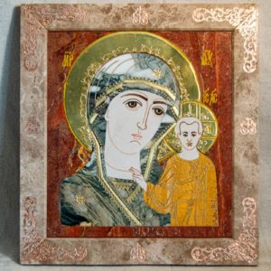 Икона Казанской Богоматери № 1.25-21 из мрамора от Гливи, фото сделано в фирменном салоне в Минске, изображение № 1