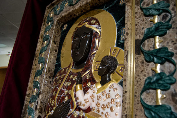 Ченстоховская икона (рельефная, храмовая) не номерная из камня, Гливи, фото 14