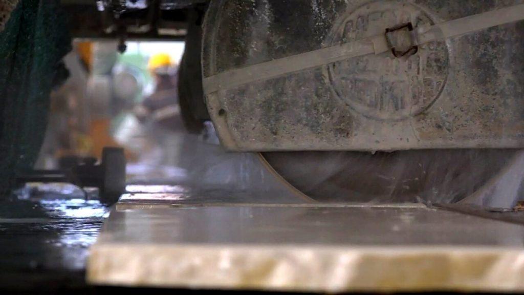 Как изготавливают столешницы из камня на станке. Производство. Изображение. Фото 1