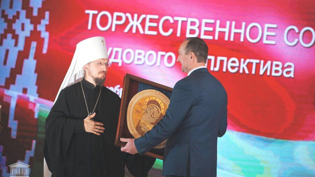 3Митрополит вручил икону из камня ректору БНТУ на юбилей 100 лет